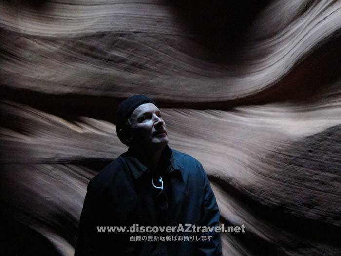 アンテロープキャニオンの神秘的な雰囲気の中、夫も撮影してもらいました