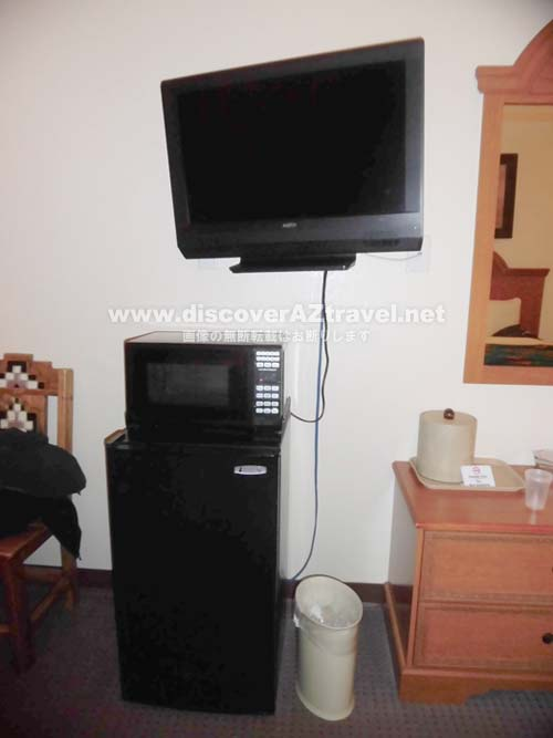 THE VIEW HOTEL のホテルの部屋にあるテレビと冷蔵庫